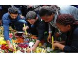 Mourners light candles outside the late Nelson Mandela's home in Houghton, Johannesburg, 6 December 2013 (Photo: GCIS)